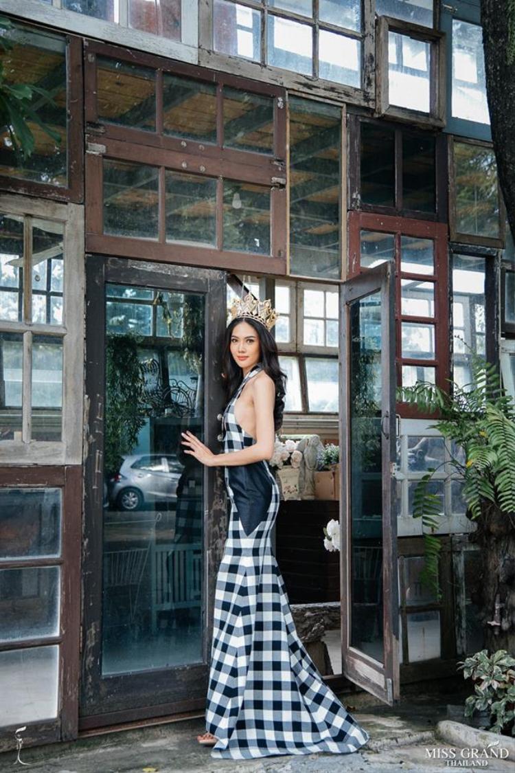 Namoey Chanaphan là người đẹp đăng quang Miss Grand Thailand - Hoa hậu Hòa bình Thái Lan 2018 vào hồi tháng 8 năm nay. Cô sở hữu nụ cười tươi, khuôn mặt hài hòa cùng chiều cao 1,8m ấn tượng.Người đẹp sinh năm 1994 sẽ đại diện Thái Lan tham gia Miss Grand International tại Myanmar vào ngày 25.10 tới.Namoey Chanaphan ắt hẳn sẽ là đối thủ nặng ký mà một trong 2 Á hậu của Hoa hậu Việt Nam 2018 (được xác định vào ngày 16.9 tới) sẽ phải đối mặt khi chinh chiến ở Miss Grand năm nay.