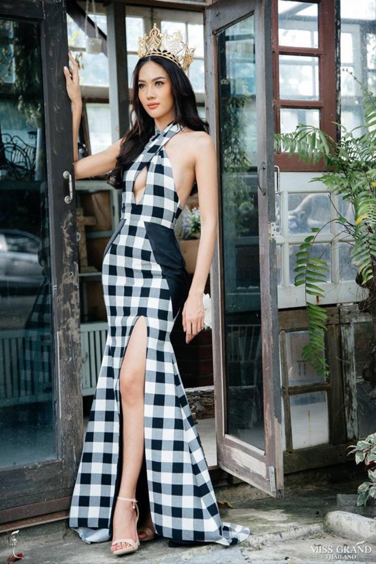 Vừa qua, hình ảnh Hoa hậu Hòa bình Thái Lan 2018 - Namoey Chanaphan diện một chiếc đầm vô cùng quyến rũ với những đường cắt cúp táo bạo, khoe lên được vóc dáng thon thả cùng đôi chân dài nuột nà của người đẹp.