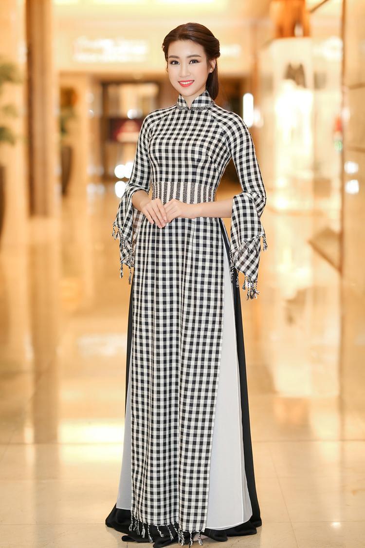Trước đó, trong sự kiện lễ hội áo dài, đương kim Hoa hậu Việt Nam - Hoa hậu nhân ái thế giới 2017 Đỗ Mỹ Linh cũng được dịp diện bộ trang phục truyền thống lấy cảm hứng từ chiếc khăn rằn. Trái ngược với vẻ nóng bỏng của Miss Grand Thái Lan, Đỗ Mỹ Linh nền nã, nhẹ nhàng và e ấp đúng với tinh thần của bộ trang phục cô đang mặc.