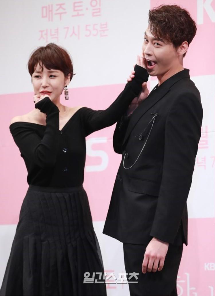 Vợ Eric Mun  Na Hye Mi tái xuất sau 1 năm đám cưới, đọ sắc với UEE tại họp báo The One On My Side