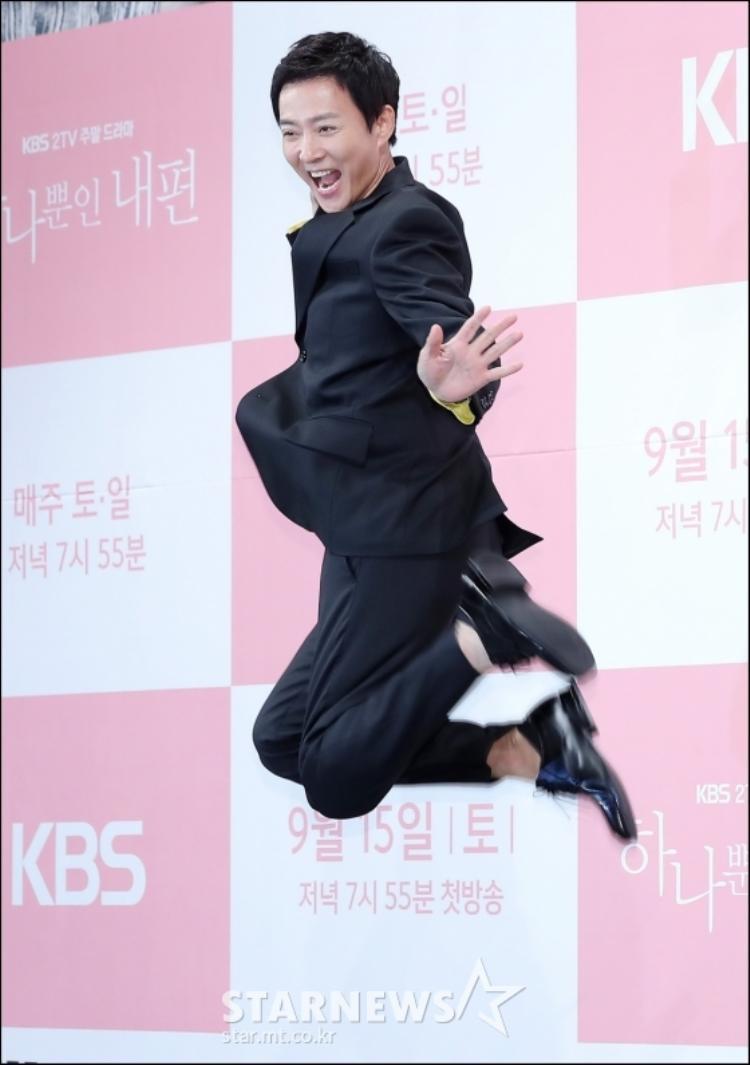 Đã bước sang tuổi 55 nhưng Choi Soo Jong vẫn nhí nhảnh và trẻ trung.