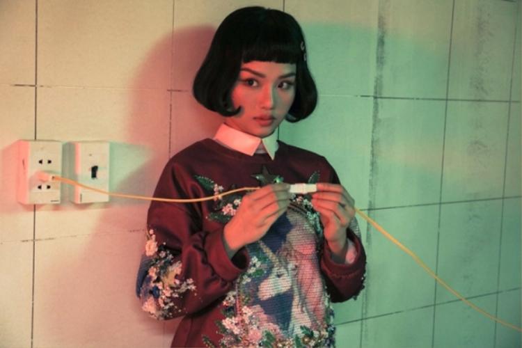 """Một tạo hình hoàn toàn khác với cô ca sĩ Miu Lê """"trong trẻo"""" trước đây."""