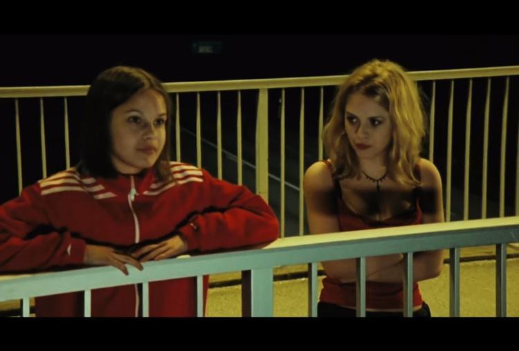 Agnes và Elin đứng trên cầu, bàn về cuộc đời và những chuyến đi