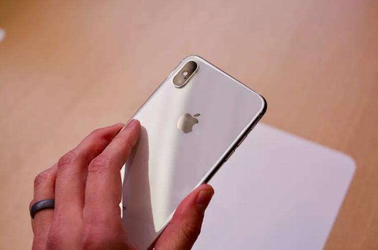 iPhone Xs và Xs Max sở hữu cụm camera kép cao cấp hơn thông số 12 MP, bao gồm 1 camera góc rộng và 1 camera telephoto.