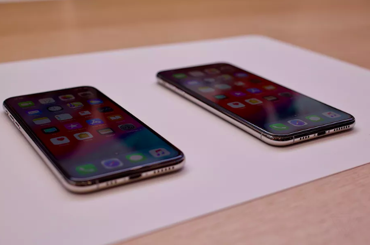 Máy không còn jack cắm tai nghe 3,5 mm. Cổng kết nối này đã bị Apple khai tử từ hồi iPhone 7. iPhone 2018 cũng tiếp tục dùng cổng Lightning thay vì cổng USB Type-C như đồn đoán.