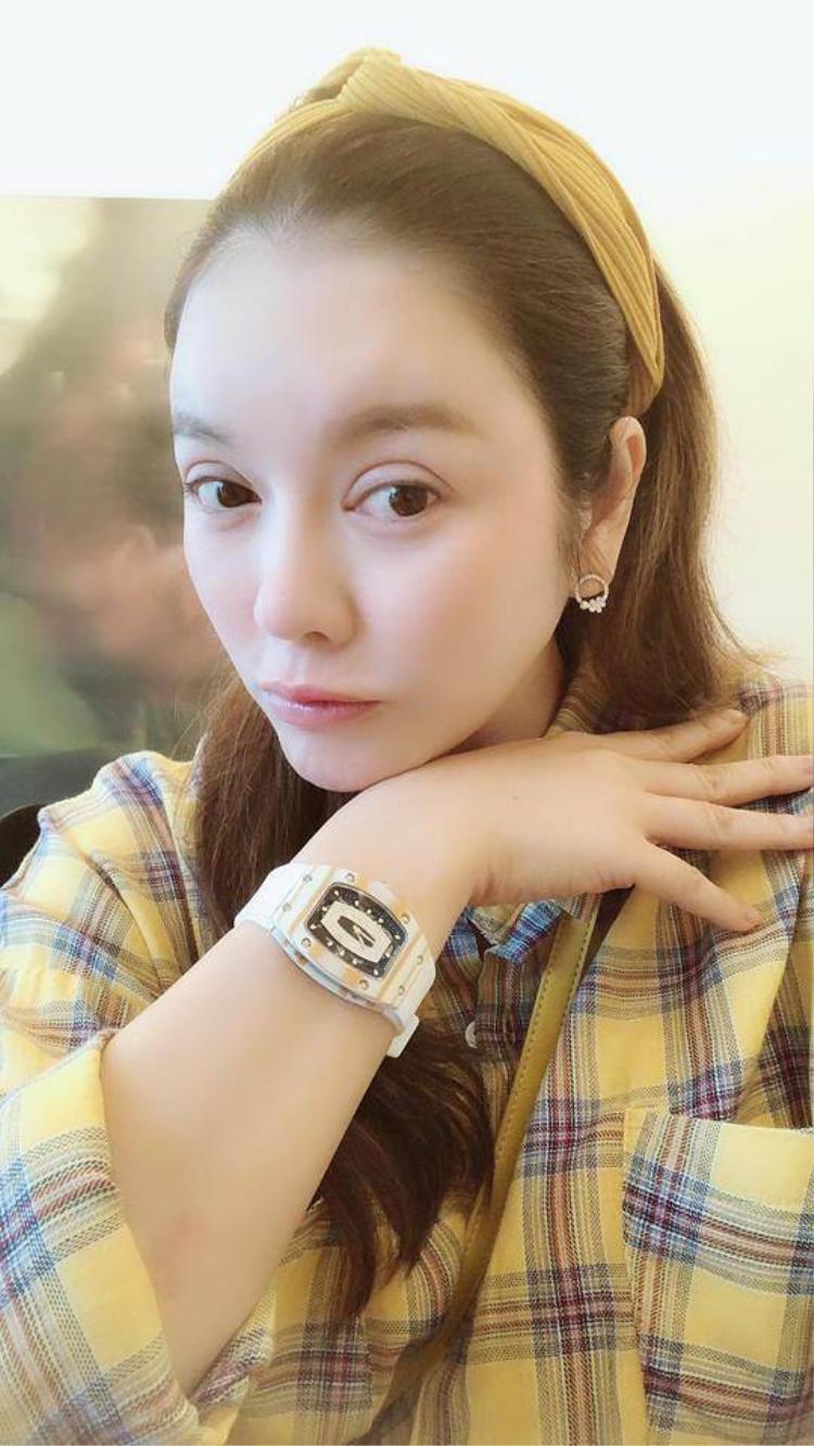 Trong ngày thứ 2, cô nàng lại chọn một chiếc đồng hồ màu vàng, đính kim cương đồng điệu trang phục.
