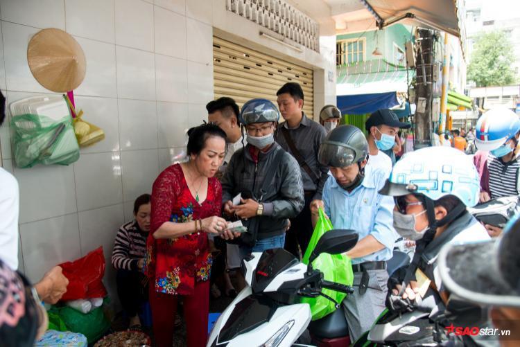 Mỗi ngày đều có 3-4 người thay nhau phát phiếu, bán, cân kí, thu tiền rồi ghi hoá đơn cho tất cả mọi người. Nhờ vậy mà khách đến đợi đều có cơ hội mua cua của dì Ba.