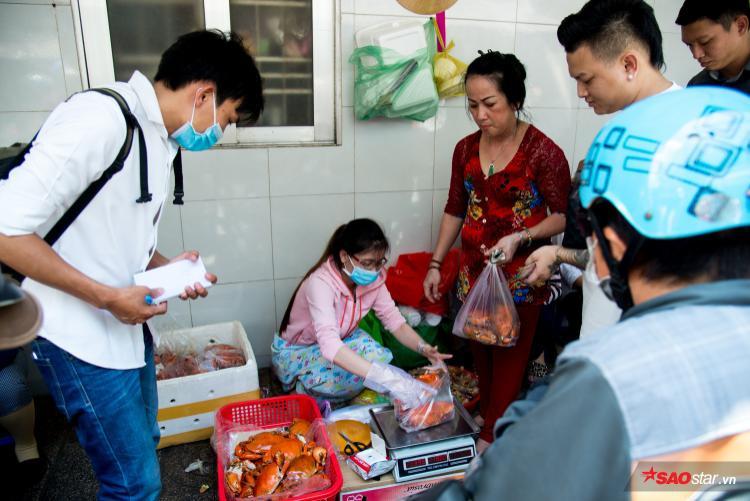 Nhưng nhiều người trong hẻm cũng thương dì Ba nên vẫn ra tay phụ giúp mỗi ngày.