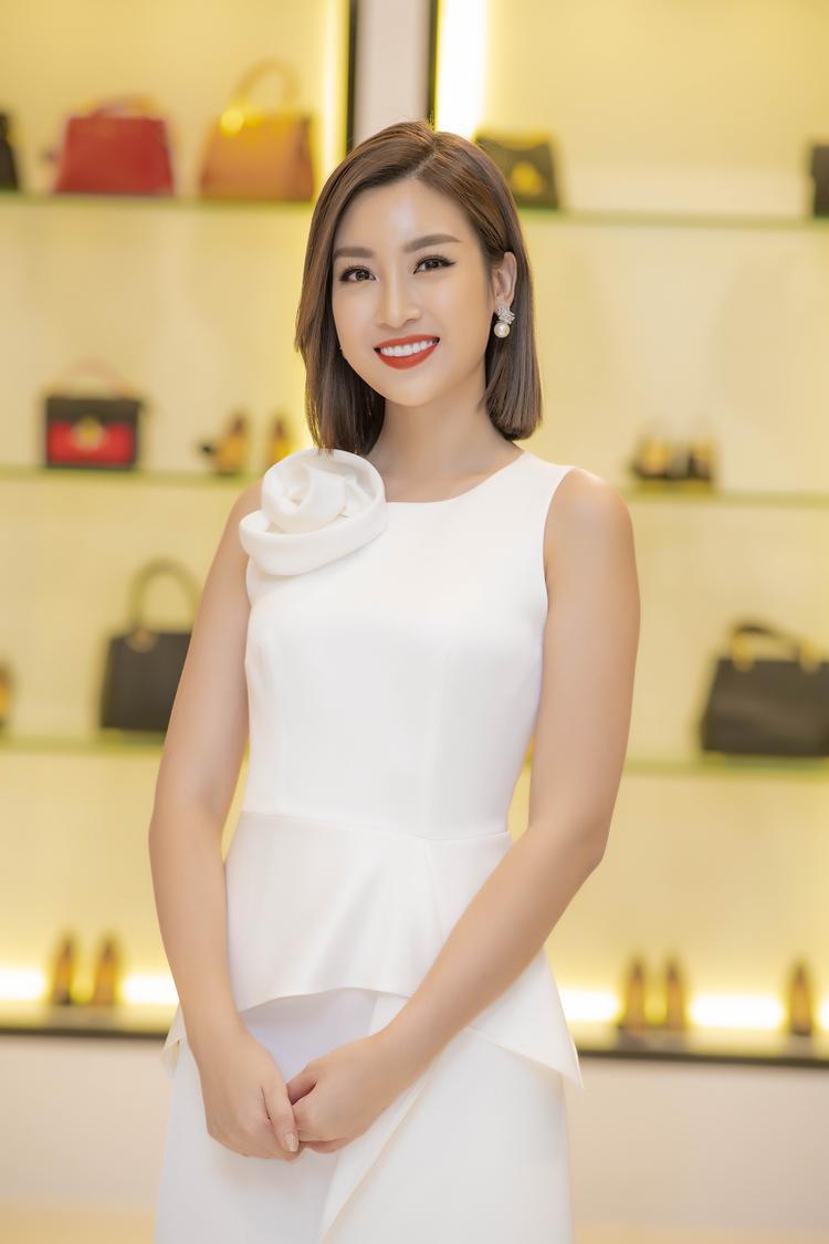 Cô đến khá muộn vì lịch trình dày đặc, được biết, chỉ còn vài ngày nữa, cô sẽ chấm dứt nhiệm kỳ Hoa hậu Việt Nam và trao lại vương miện cho một người đẹp khác.