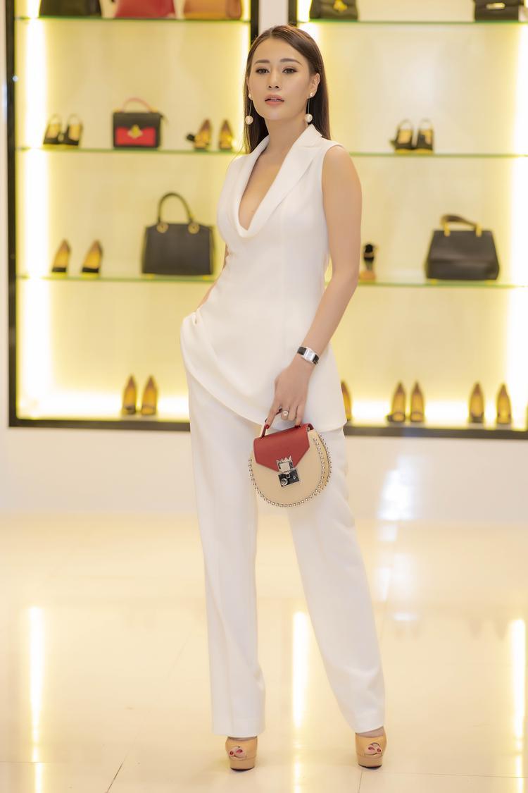 Đối lập với phong cách kín đáo, nhẹ nhàng của Nhã Phương, tại sự kiện tối 13/9, Phương Oanh lại hút mọi ánh nhìn trong bộ trang phục xẻ ngực táo bạo.
