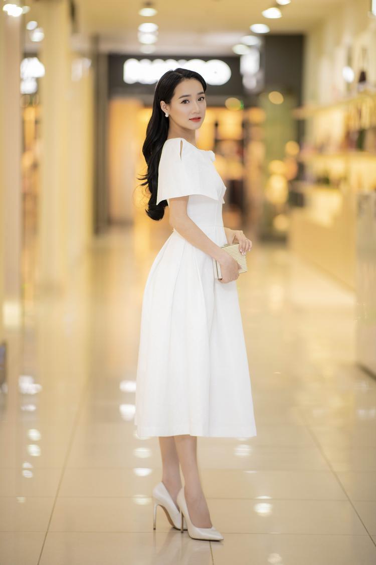 Với giày cao gót màu beige cùng hoa tai bản nhỏ, người đẹp trông vô cùng thu hút.