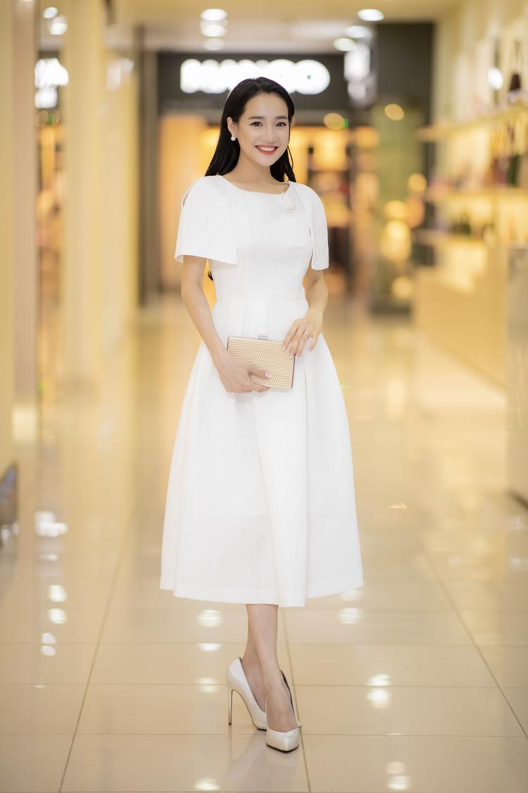 Đầu tiên là chiếc váy trắng kín đáo, dáng xòe kiểu công chúa tinh khôi.