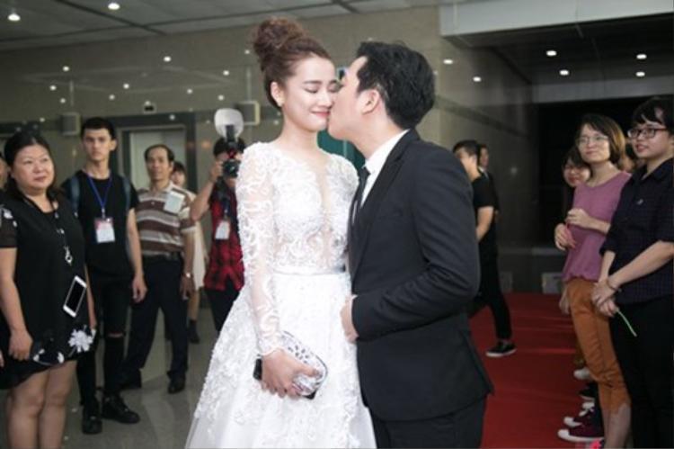 Điều khiến ai nấy hoang mang là nếu 14h làm lễ cưới ở quê nhà, Nhã Phương và Trường Giang làm sao bay vào TP.HCM để kịp cho hôn lễ tại nhà hàng sang trọng với các khách mời là sao Việt đình đám như nhiều nguồn tin trước đó.