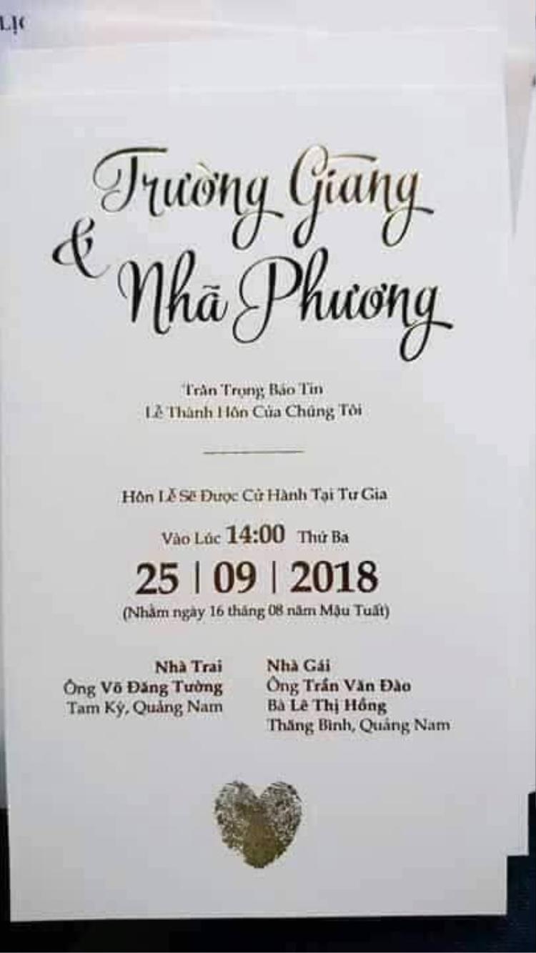 Thiệp cưới của Trường Giang - Nhã Phương theo tông màu trắng chủ đạo với thiết kế đơn giản nhưng không kém phần tinh tế.