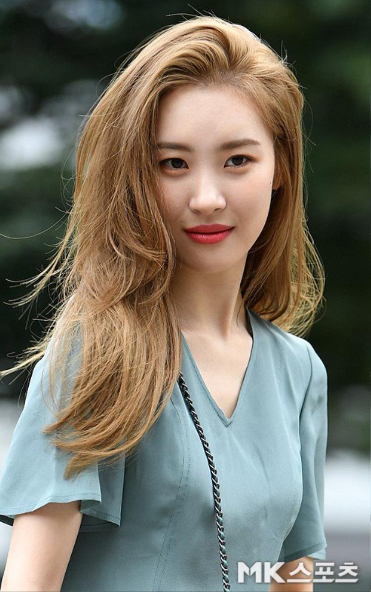 Sunmi trên đường ghi hình Music Bank sáng ngày 14/9.