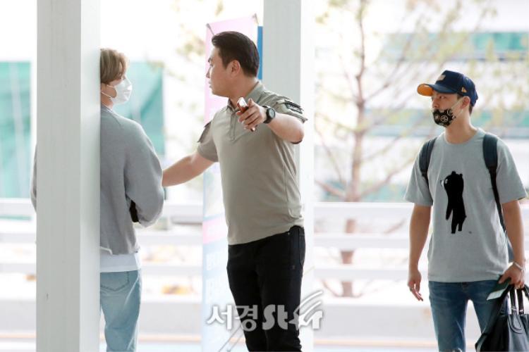 Anh nói điều này với Lee Jong Suk để nhanh vào làm thủ tục.