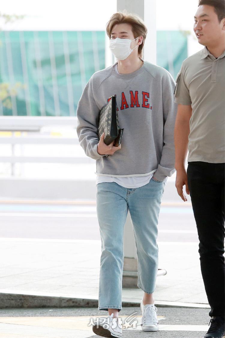 Hành động trốn sau cột của Lee Jong Suk tại sân bay trong ngày sinh nhật khiến fan phát sốt