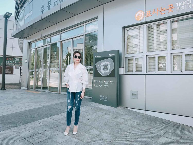 Cũng trong nhân dịp này, Mỹ Tâm khảo sát địa điểm diễn ra live concert cá nhân đầu tiên của mình tại sân vận động Jangchung.