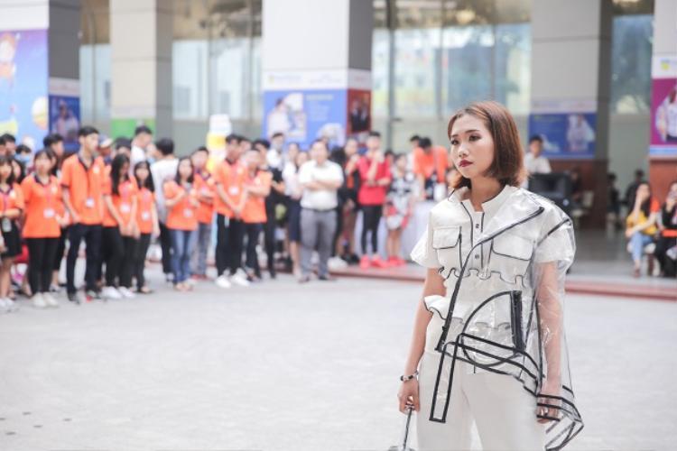 Xem show thời trang chào tân sinh viên của ĐH Hutech mới thấy: lò luyện trai xinh gái đẹp chính là đây!