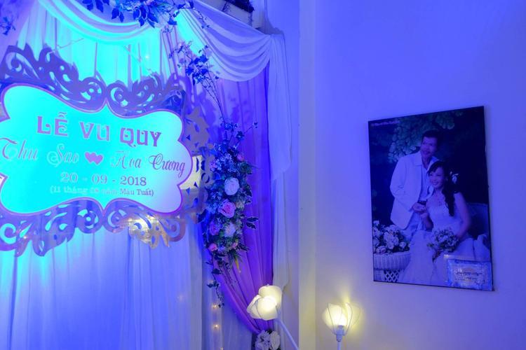 Ảnh cưới của chị Thu Sao và người chồng quá cố vẫn được treo ở phòng khách.