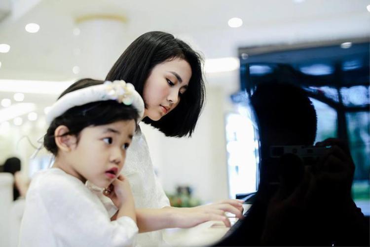 Được biết, 2 cô bé này lần lượt được bố mẹ đặt tên là Linh Anh - Tuệ Anh. Á hậu Dương Tú Anh còn có 2 cô em họ xinh xắn ít ai biết