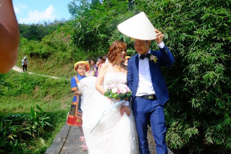 Cả hai cười hạnh phúc trong ngày cưới.