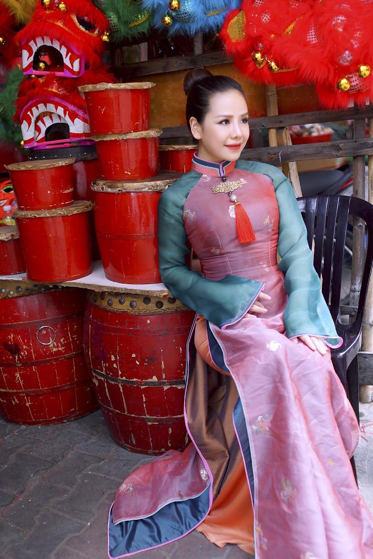 Á quân Thần tượng Bolero 2018  Thúy Anh đẹp sắc sảo khi dạo phố Trung thu