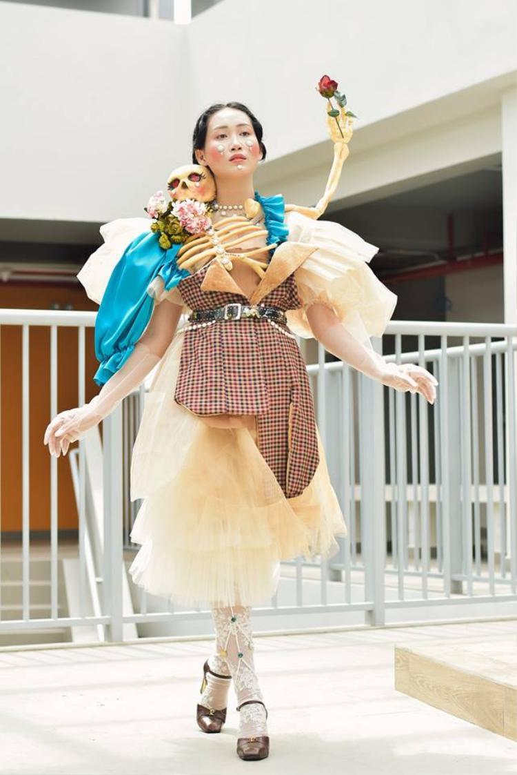 Khi sinh viên ĐH Văn Lang khoe tài thiết kế thời trang, người xem cứ nghĩ đang dự show diễn nghệ thuật chất phát ngất