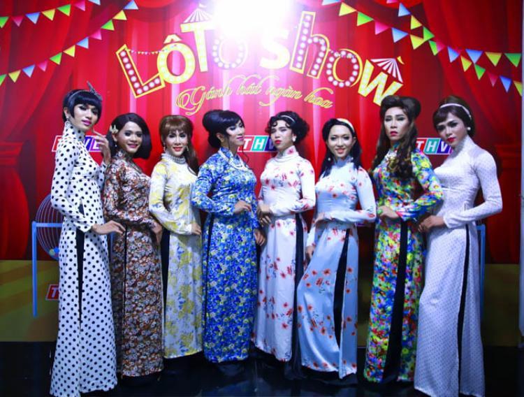 Trang phục của đoàn lô tô chủ yếu là áo dài và áo bà ba cùng với những chủ đề gần gũi, mang đậm nét văn hoá Việt Nam