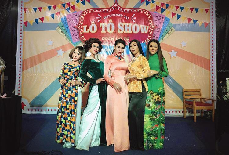 Trang phục chủ yếu trong đêm diễn của đoàn là áo dài và áo bà ba mang đậm nét văn hoá Việt Nam