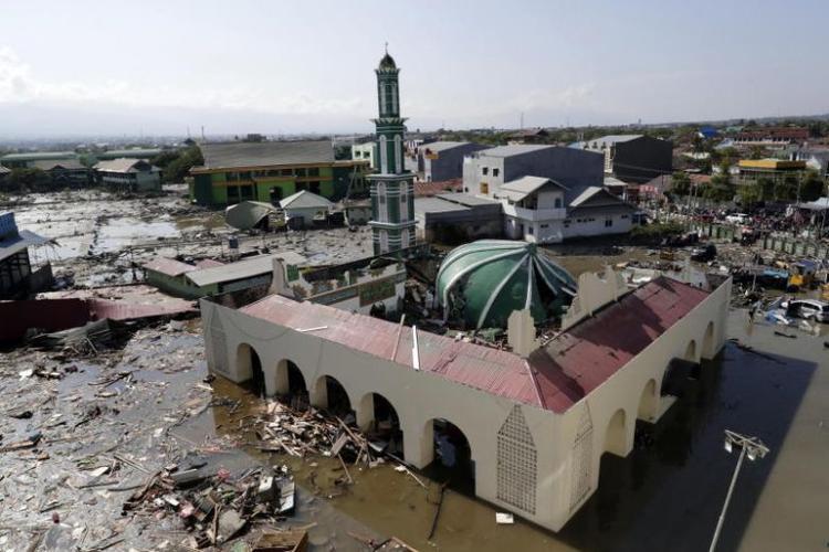 Một nhà thờ Hồi giáo ởbãi biển Talise, Palu bị tàn phá do sóng thần. Ảnh: AFP