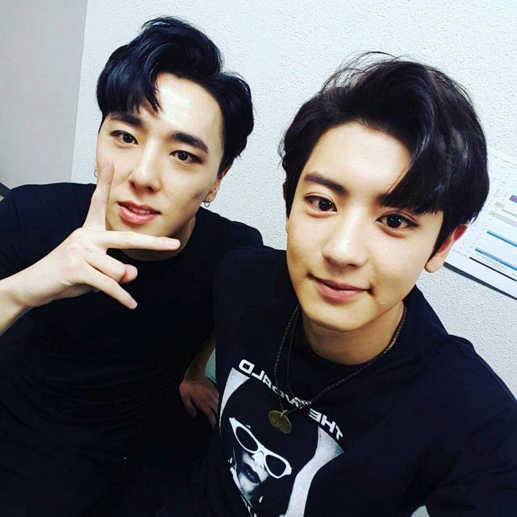 Chụp cùng Chanyeol (EXO) mà anh chàng vẫn nổi bật.
