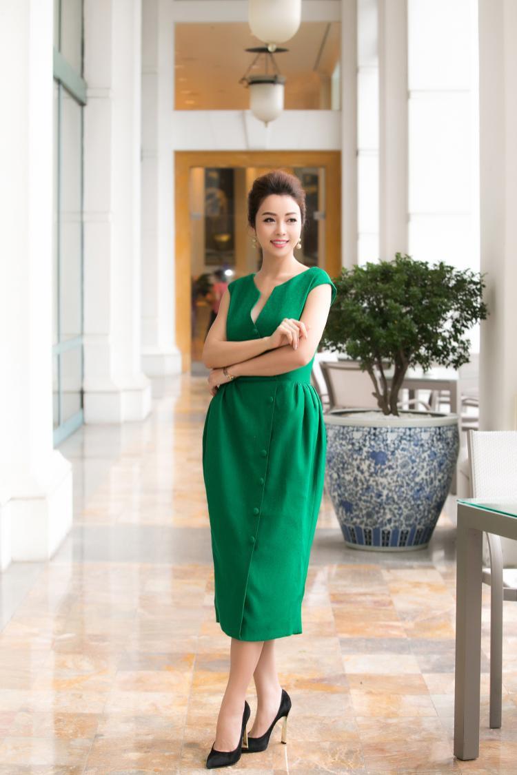 Chẳng cần phải hở hang bạo liệt, Jennifer Phạm luôn biết cách hướng công chúng đến với sự thanh lịch, nhã nhặn nhưng lại nổi bật theo một cách ý nhị của bản thân.