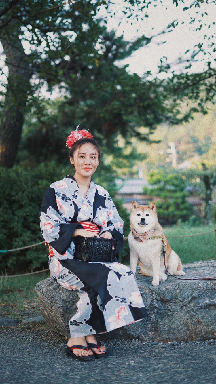 Văn Mai Hương diện kimono đùa vui với 1 chú chó.