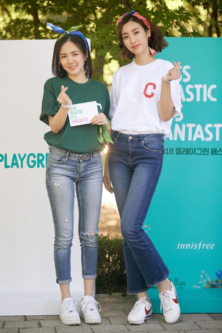 """Và mới đây nhất, cô lại khoe sắc trẻ trung trong bộ đôi combo """"đại trà"""", ai ai cũng từng diện: áo phông và quần jeans trong một hoạt động tại Hàn Quốc."""