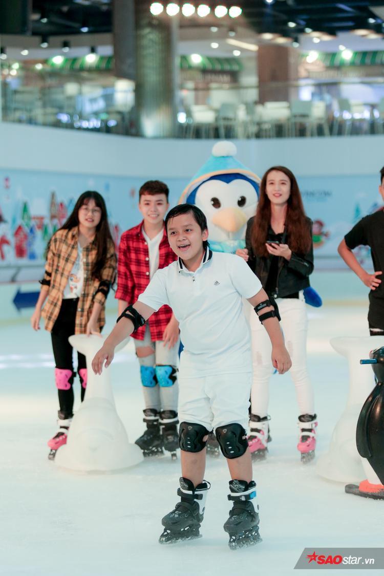 Cùng catwalk trên băng: Nhã Thy thần thái như người mẫu, Công Quốc  Chí Công ngã sấp mặt