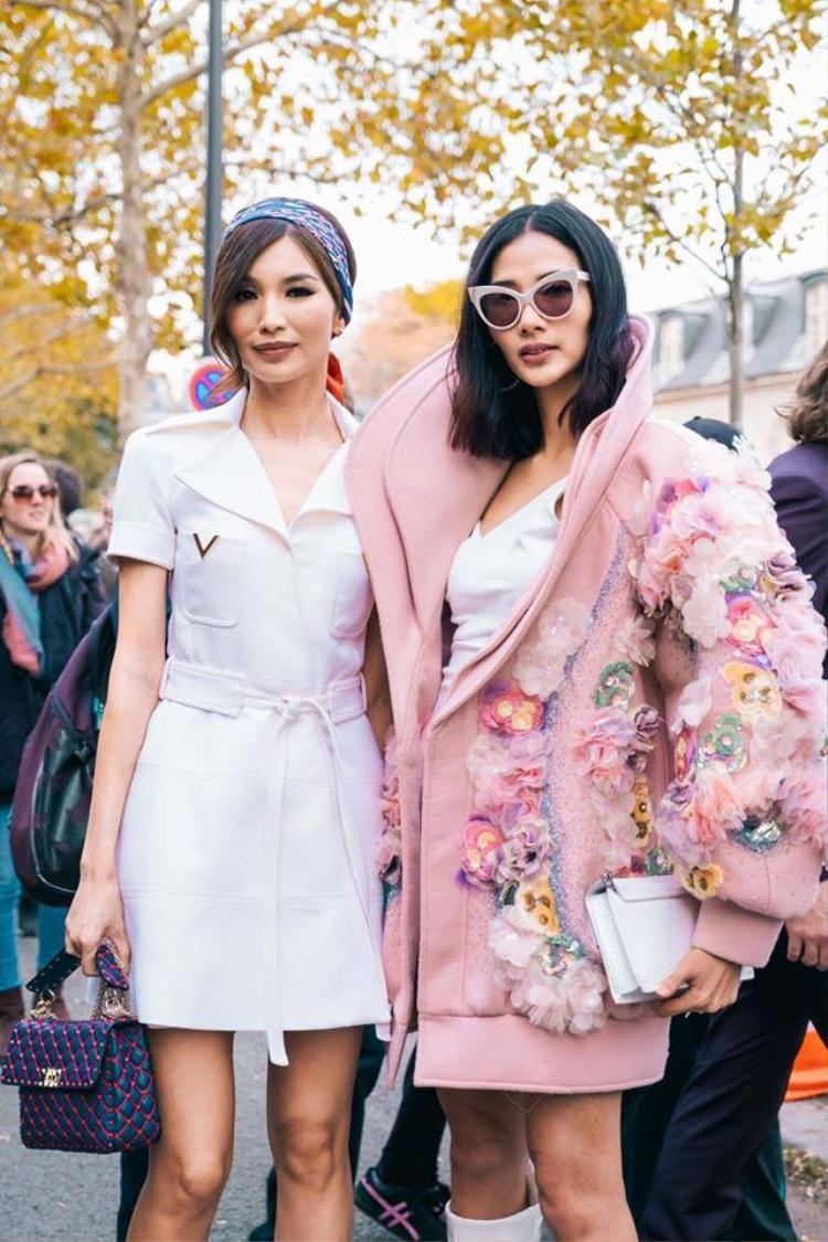 """Cô chị Astrid xinh đẹp trong bộ phim """"Siêu giàu Châu Á"""" và người mẫu Hoàng Thùy xuất hiện trước thềm của một show thời trang thuộc Paris Fashion Week"""