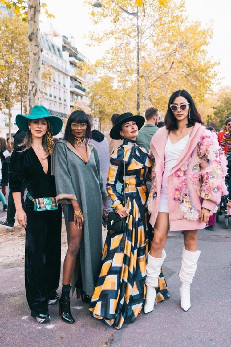 Cô khoe sắc bên cạnh các fashionista thế giới khác