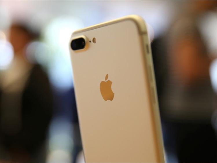 """Những mẫu máy như iPhone 6s hay iPhone 7/ 7 Plus """"nóng"""" trở lại trên thị trường xách tay nhờ giá hấp dẫn trong khi đó vẫn đảm bảo trải nghiệm cơ bản tốt."""