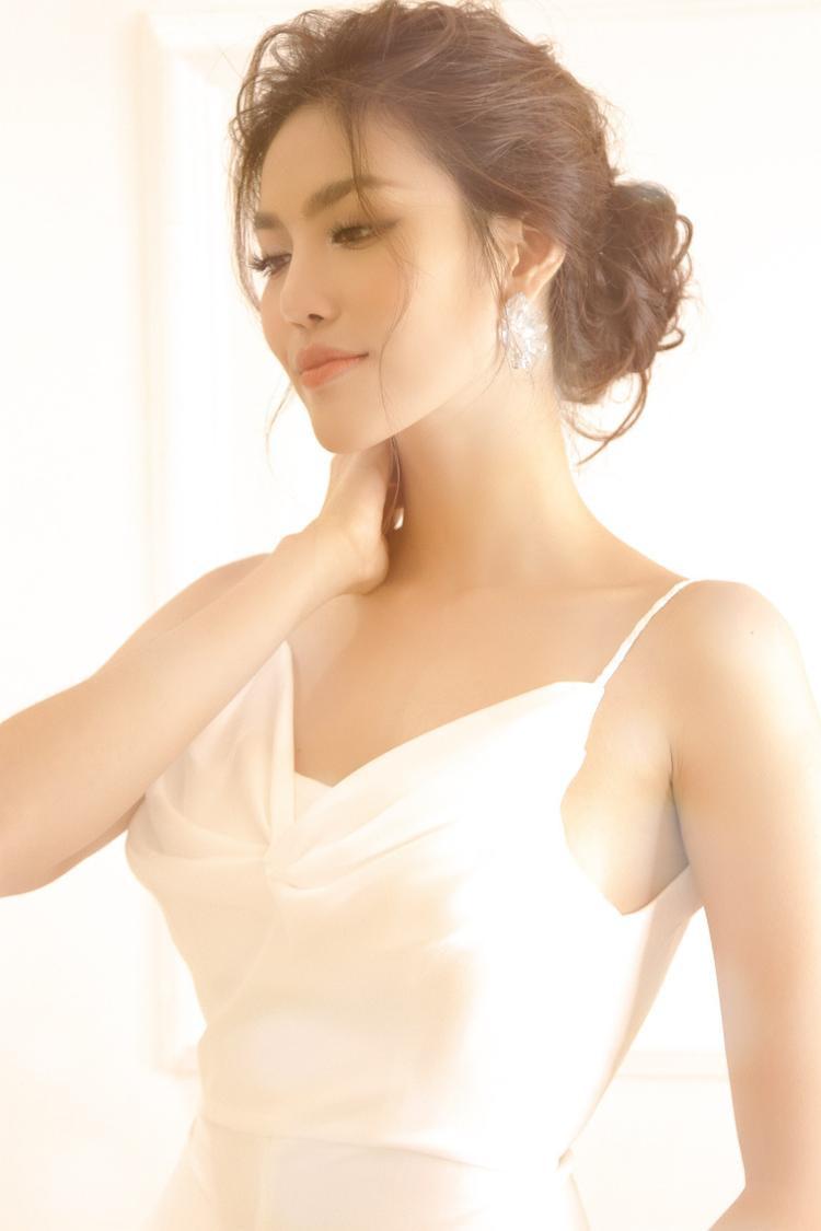"""Đám cưới là ngày quan trọng nhất trong cuộc đời của mỗi cô gái, do đó chú rể John Tuấn Nguyễn """"yêu cầu"""" cô dâu phải tìm được bộ váy mà cô ưng ý nhất, lộng lẫy nhất, và cô dâu, thậm chí còn làm nhiều hơn thế…"""