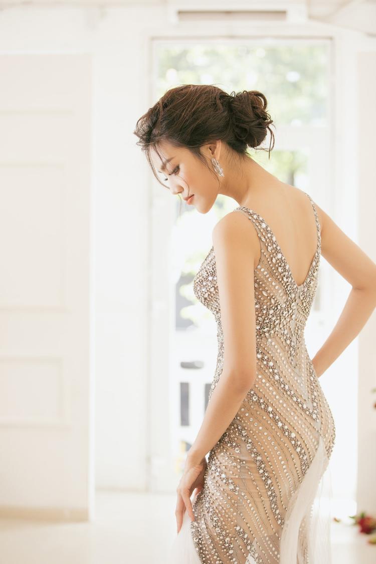 """Chính vì thế, cô đang mong chờ từng ngày đến """"show diễn"""" của đời mình. Chiếc váy cuối cùng được hé lộ trước giờ lên sóng là một thiết kế đính kết chất liệu tinh xảo, giúp người mặc lộng lẫy hơn bao giờ hết."""
