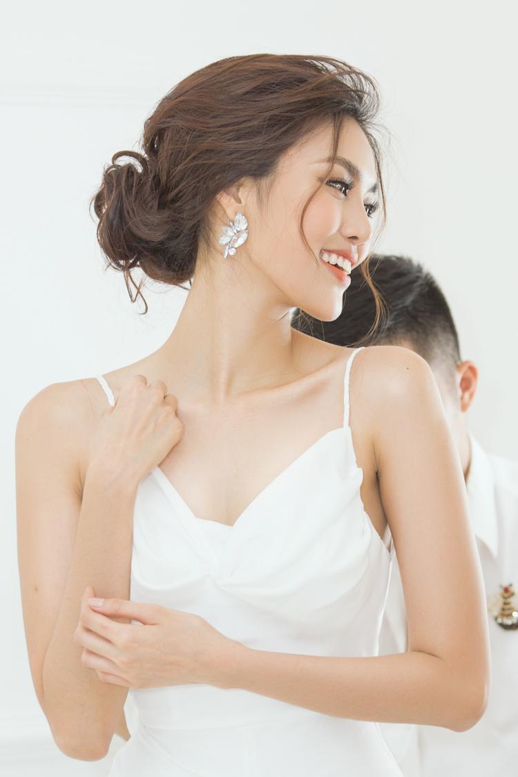 Một thiết kế hai dây mong manh với gam màu trắng thanh tao là sự lựa chọn đầu tiên của cô nàng.