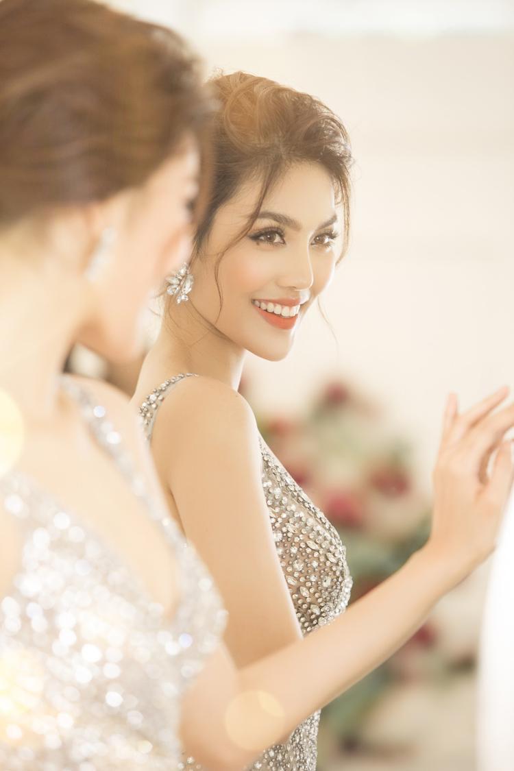 """Chia sẻ về đám cưới, Lan Khuê cho biết cô rất hồi hộp và mong đợi đến ngày cưới. Mặc dù đã trình diễn rất nhiều bộ sưu tập cưới, nhưng đây vẫn là """"show diễn áo cưới"""" đặc biệt nhất mà cô từng tham gia, bởi """"bạn diễn"""" của cô sẽ là người đàn ông sẽ chung sống với cô suốt đời…"""