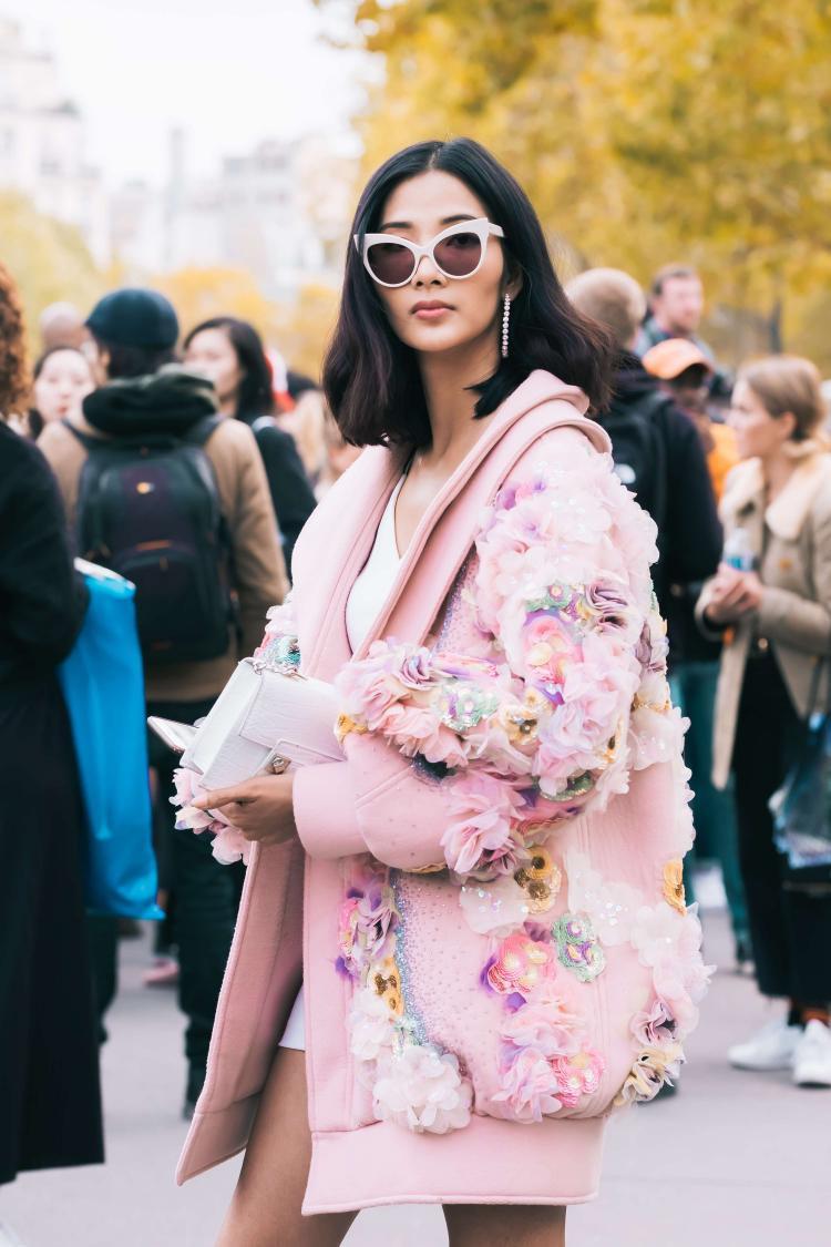 Áo khoác hồng pastel mix cùng kính bản to và hoa tai dáng tròn đem lại vẻ ngoài nổi bật.