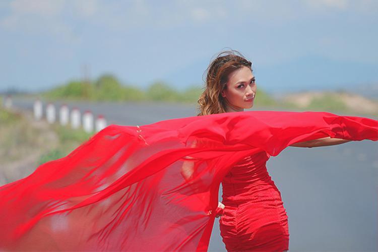 Chiếc đầm đỏ oan trái khiến Mỹ Tâm bị mất điểm trong MV.