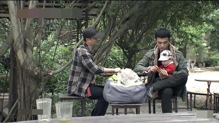 Cảnh đã đón được con trai Quỳnh mặc dù bị đàn em của Vũ chặn đánh