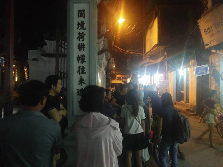 Nhiều người dân có mặt bên ngoài khu ngõ.