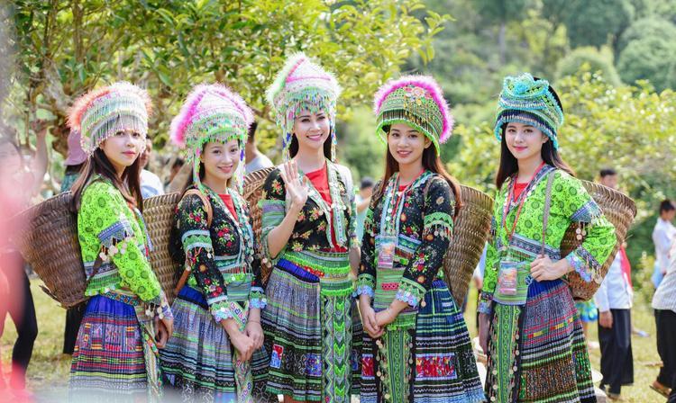 Ngoài trang phục áo dài, Thu Trang còn rất duyên dáng, xinh đẹp trong bộ đồ truyền thống của người dân tộc Thái, dân tộc H'Mông. Thiếu nữ xinh đẹp bên đồi hoa tam giác mạch ở Mù Cang Chải – Yên Bái