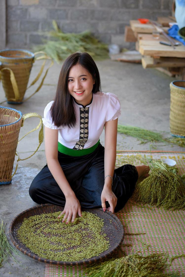 Danh tính của cô bạn nhanh chóng được cư dân mạng tìm ra, cô chính là Trần Thu Trang (sinh năm 2000, Yên Bái) - thí sinh lọt top 10 cuộc thi nổi tiếng dành cho tuổi teen - Miss Teen 2017. Thiếu nữ xinh đẹp bên đồi hoa tam giác mạch ở Mù Cang Chải – Yên Bái