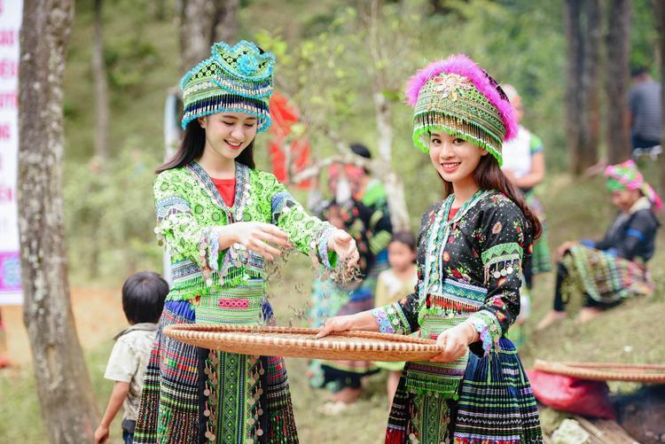 Sau khi những hình ảnh trên được chia sẻ, Thu Trang nhận được khá nhiều lời mời chụp ảnh quảng cáo, mẫu look book. Thiếu nữ xinh đẹp bên đồi hoa tam giác mạch ở Mù Cang Chải – Yên Bái